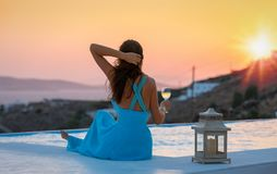 La femme attirante apprécie le coucher du soleil d'été Photo stock