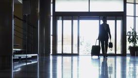 La femme attirante d'affaires est juste arrivée dans un hôtel clips vidéos