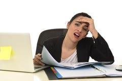 La femme attirante dans le fonctionnement de costume a fatigué et était ennuyeuse dans le bureau d'ordinateur de bureau semblant  Image libre de droits