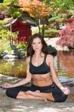 La femme attirante en bonne santé heureuse pratique la technique de relaxation de yoga Photos libres de droits