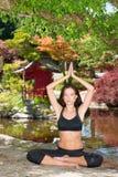 La femme attirante en bonne santé heureuse pratique la technique de relaxation de yoga Image libre de droits