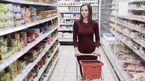 La femme attirante faisant des emplettes au supermarché, steadicam a tiré banque de vidéos
