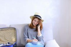La femme attirante parle au téléphone portable avec l'ami et écrit à n Photos stock