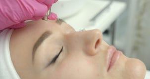 La femme attirante reçoit la procédure de microdermabrasion de vide dans le salon de beauté vue de côté en gros plan Protection banque de vidéos