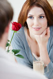 La femme au café avec le rouge s'est levée Photo stock