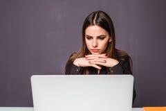 La femme au-dessus du fonctionnement d'ordinateur portable et la planification travaillent le concept de pensée dans le bureau photo libre de droits