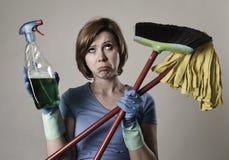 La femme au foyer dans les gants en caoutchouc de lavage portant le nettoyage pulvérisent le bottl Images stock