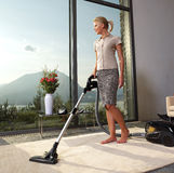 La femme au foyer fait les travaux domestiques à la maison Photographie stock