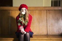 La femme au poste local sent la rose de blanc photos libres de droits