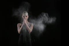 La femme avec arrêtent le mouvement de la poudre explosive capturé par l'éclair Photos libres de droits