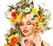 La femme avec composent et fleurissent. Photographie stock libre de droits