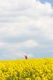 La femme avec des bras a soulevé haut, appréciant la liberté Photographie stock libre de droits