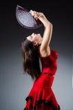 La femme avec des danses de danse de fan Photographie stock