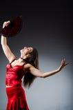 La femme avec des danses de danse de fan Image stock