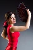 La femme avec des danses de danse de fan Photos stock