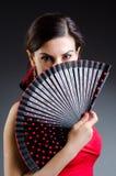 La femme avec des danses de danse de fan Images stock