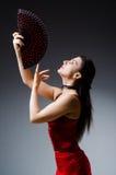 La femme avec des danses de danse de fan Photo libre de droits