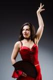 La femme avec des danses de danse de fan Photos libres de droits