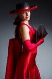 La femme avec des danses de danse de fan Photo stock