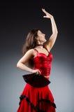 La femme avec des danses de danse de fan Photographie stock libre de droits