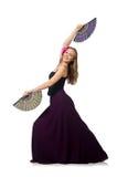 La femme avec des danses de danse de fan d'isolement sur le blanc Photographie stock