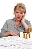 La femme avec des factures de soins de santé a le mal de tête Images libres de droits