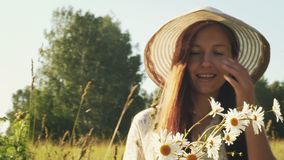 La femme avec des fleurs marche dans le pré banque de vidéos
