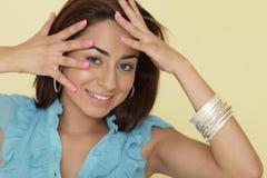 La femme avec des mains se fanent près Photo stock