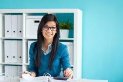 La femme avec des verres calcule l'impôt images stock