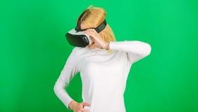 La femme avec des verres de réalité virtuelle Femme avec le casque de réalité virtuelle Femme drôle éprouvant l'instrument 3D photos libres de droits