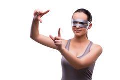 La femme avec des verres de techno d'isolement sur le blanc Photos libres de droits
