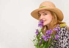 La femme avec du charme dans un chapeau avec un groupe de fleur Photos libres de droits