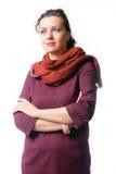 La femme avec l'écharpe a plié ses bras et pensée images libres de droits