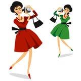 La femme avec l'appareil-photo de photo en rouge et le vert s'habillent Photos libres de droits