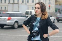 La femme avec l'appareil-photo ne peut pas attraper la voiture photographie stock libre de droits
