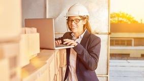 La femme avec l'ordinateur portable actionne la vente par correspondance sur l'Internet photos stock