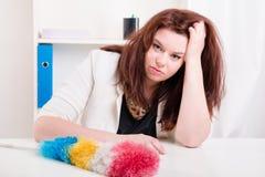 La femme avec la brosse n'a pas la force pour nettoyer la poussière Photo stock