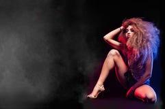 La femme avec la coupe de cheveux Afro danse la disco Photo stock