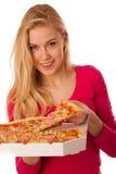 La femme avec la grande pizza dans la boîte de carton ne peut pas attendre pour la manger photographie stock
