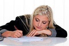 La femme avec la main et le crayon lecteur écrit Photographie stock