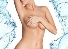 La femme avec la peau fraîche éclabousse dedans de l'eau Photo stock