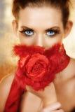 La femme avec la soie rouge s'est levée Photo stock