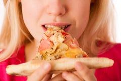 La femme avec la tranche de pizza délicieuse, ne peut pas attendre pour mordre dans elle Images stock