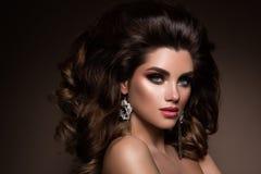 la femme avec le bâton Portrait de charme de beau modèle de femme avec le maquillage frais et la coiffure romantique Photos libres de droits