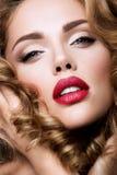 la femme avec le bâton Portrait de charme de beau modèle de femme avec le maquillage frais et la coiffure onduleuse romantique Image libre de droits