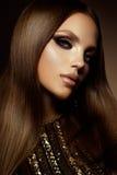 la femme avec le bâton Portrait de charme de beau modèle de femme avec le maquillage frais et la coiffure romantique image libre de droits