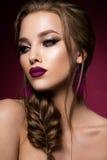 la femme avec le bâton Portrait de charme de beau modèle de femme avec le maquillage frais et la coiffure romantique Photo stock