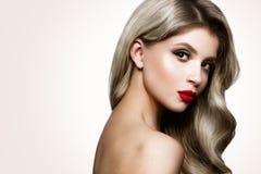 la femme avec le bâton Portrait de charme de beau modèle de femme avec le maquillage frais et la coiffure romantique Photos stock