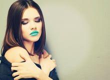 la femme avec le bâton Verticale modèle de beauté Belles languettes Photographie stock