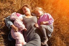 La femme avec le bébé et la fille apprécie la nature photographie stock libre de droits